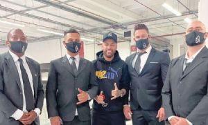 Sósia de Neymar aparece rodeado de seguranças e
