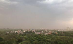 temporais com ventania forte, 'nuvem de poeira', pancadas de chuvas isoladas e granizo na região metropolitana de Cuiabá (Crédito: Reprodução)
