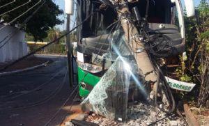 Pista escorregadia faz motorista bater ônibus em poste próximo à rodoviária (Crédito: reprodução)