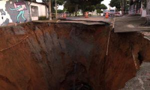 Cratera engole rua e interdita cinco casas