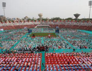 30 mil celebram Dia da Yoga em estádio na Índia (Crédito: Reprodução)