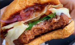 Hambúrguer vegetal que possui gosto e textura de carne animal começa a ser vendido (Crédito: Reprodução)