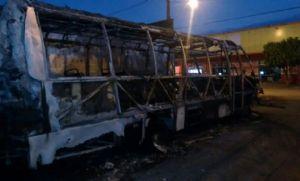 Casal põe fogo em micro-ônibus da PM após ter moto apreendida por policiais (Crédito: G1 MT)