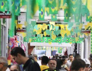 Shopping Popular esta no clima da Copa e venda de produtos verde e amarelo aumentam (Crédito: Reprodução)