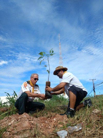 Escola recebe ação de plantio e distribuição de árvores