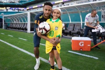 Neymar conhece jogadora e fã de 9 anos após campanha na internet