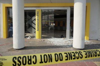 Bandidos invadem agência do BB e explodem caixas eletrônicos