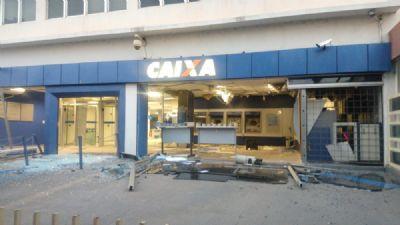 Ladrões usam dinamite para explodir caixa eletrônico de agência no Centro de Cuiabá e fogem em picape