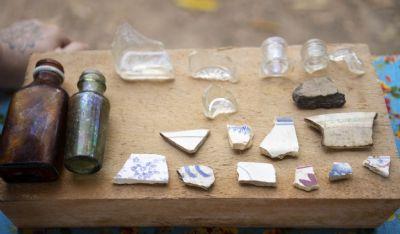 Trabalho arqueológico encontra fêmur em parede da Casa de Bem-Bem; veja outros itens