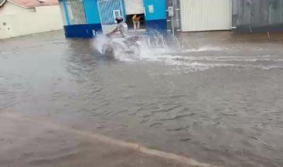 Ruas ficam alagadas após chuva forte em Várzea Grande (MT)
