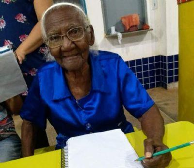 Aos 104 anos, moradora de Araputanga é a aluna mais velha da rede estadual de ensino