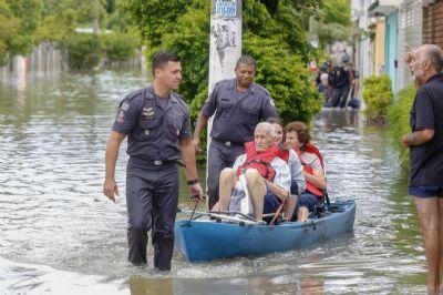 Cidades do ABC continuam alagadas e cheias de lama um dia após temporal atingir região