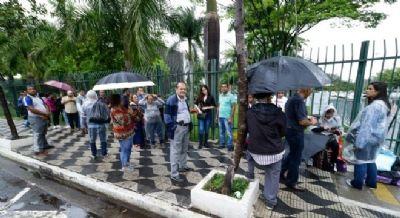 Fãs de Gugu formam fila para se despedir do apresentador na Assembleia Legislativa em SP