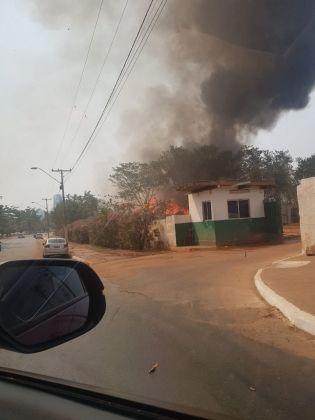 Incêndio atinge terreno da Secretaria de Serviços Urbanos em Cuiabá