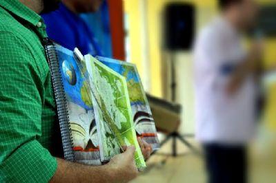 Alunos do Ensino Médio recebem de kit com caderno, caneta e lápis