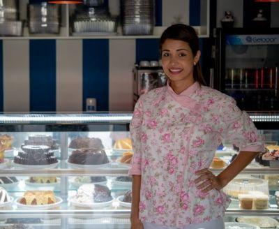 Enfermeira deixa carreira após gravidez e traz bolos 'geométricos' dos EUA para MT