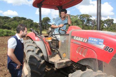 Prefeitura entrega equipamentos agrícolas para uso de pequenos produtores rurais