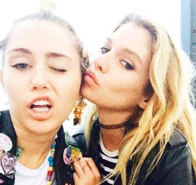Miley Cyrus tem fotos íntimas com a ex vazadas nas redes sociais