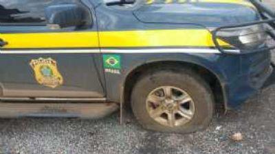 Bandidos trocam tiros com PRF; sequestram 2 e fogem em MT