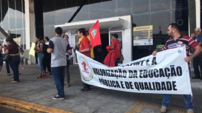 Estudantes e servidores da UFMT fazem protesto durante chegada do Ministro da Educação