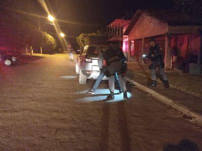 Suspeitos de furto tentam fugir por rede de esgoto, mas são presos em flagrante