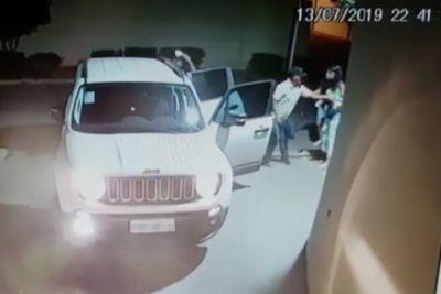 Bandidos rendem mulheres em frente a edifício e levam Jeep