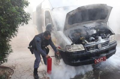 Van de transporte escolar pega fogo e dez crianças precisam ser retiradas às pressas