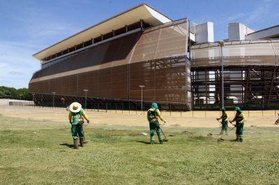 Área externa da Arena Pantanal recebe limpeza