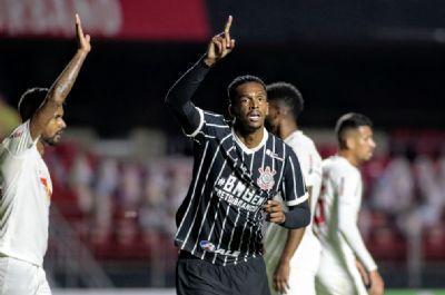 Jô reestreia no Corinthians com gol e festeja: