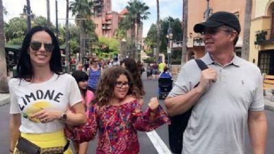 Filha de Ana Furtado e Boninho rouba a cena em viagem com os pais na Disney
