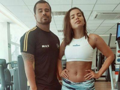 Sem make e de calça colada, Anitta deixa barriga de fora em academia
