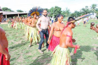 Estudantes e professores de escola estadual visitam aldeia para conhecer etnia Bororo