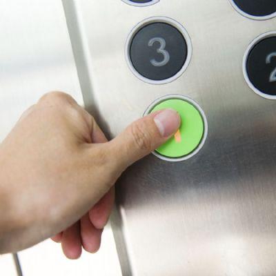 Condomínio indenizará mulher que teve parte do dedo amputado em elevador