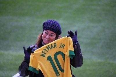 ''Perdoe essa menina'': Neymar recebe apoio da mãe e da irmã nas redes sociais após acusação