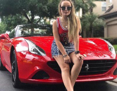 Nos EUA, Larissa Manoela posa com Ferrari vermelha de r$ 1,9 milhão