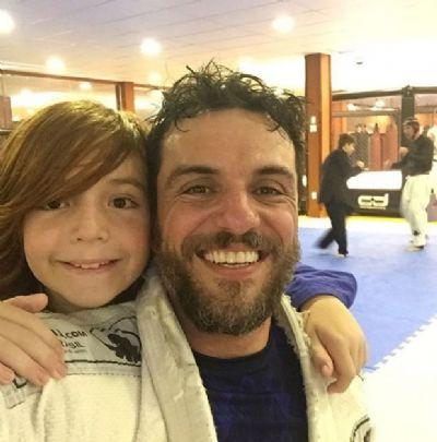 Rodrigo Lombardi mostra foto rara com o filho na web