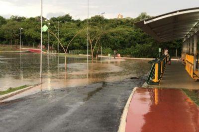 Lago do Parque das Águas transborda após chuva