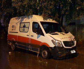 Criminosos furtam ambulância de UPA e abandonam veículo após baterem em Kombi