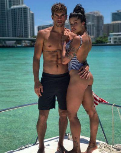 Em Miami, Aline Riscado mostra corpão delineado em iate