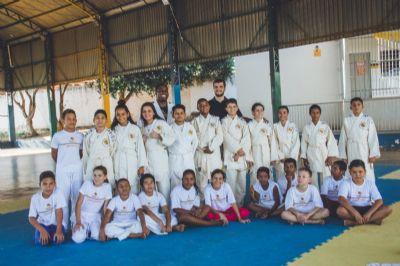 Alunos da EMEB Firmo José Rodrigues recebem conjuntos de quimonos do Instituto Reação