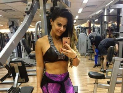 Aos 42, Viviane Araújo tira onda com barriga sarada à mostra